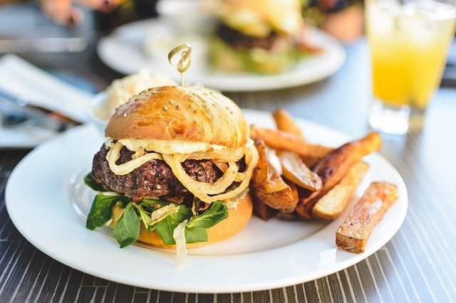 Hamburger maison avec ses frites fraîches